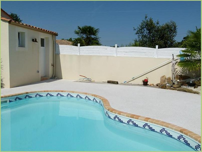 contours de piscine en moquette de pierre couleur rosa corallo