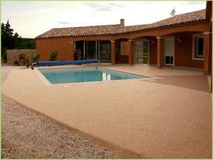 Une grande piscine et des plages en agrégat de marbre clair
