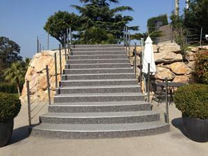 Un escalier extérieur en agrégat de marbre