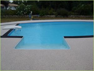 Jolie piscine, plages en agrégats de marbre