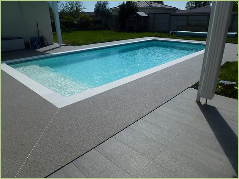 contour piscine en moquette de pierre de marbre couleur bardiglio chiaro