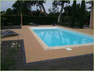 Des plages de piscine en agrégats de marbre, douces sous les pieds