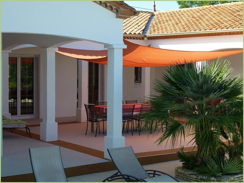 terrasse resine en couleur bianco carrara et bordures en rosso verona.