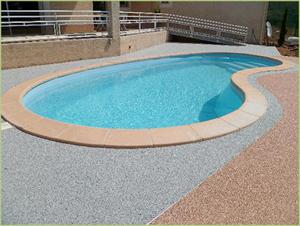 Une piscine et des plages en agrégats de marbres